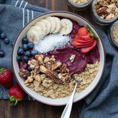 If you want to know how to make the best thick vegan smoothie bowl you've come to the right place. You'll be blown away by how easy it is! #veganbreakfastrecipes #healthysmoothierecipes